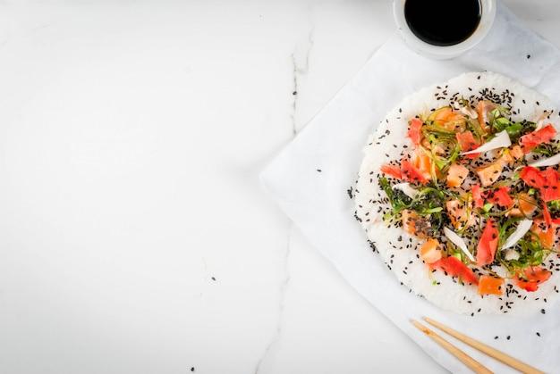Суши-пицца с лососем, хаяси вакамэ, дайкон, маринованный имбирь, красная икра.