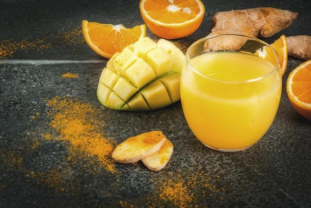 Традиционный коктейль из манго, апельсина, куркумы и имбиря