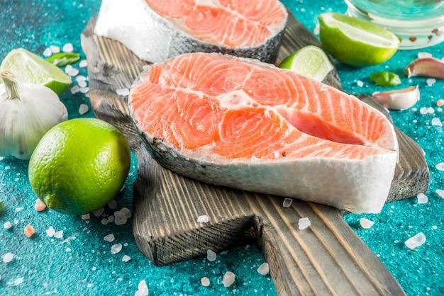 Сырые стейки из лосося со специями