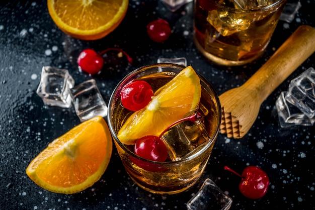 オレンジとカクテルチェリーとウイスキー
