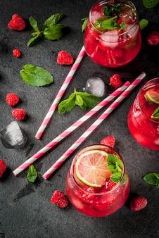 Летние освежающие безалкогольные коктейли. фруктовые напитки. малиновый мохито лимонад со свежей органической мятой и лаймом.