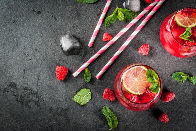 夏のさわやかなノンアルコールカクテル。フルーツドリンク。新鮮な有機ミントとライムのラズベリーモヒートレモネード。