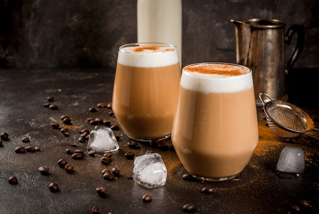 牛乳、氷、シナモン入りの冷たいコーヒーカフェラテ