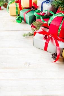 ギフト用の箱とのクリスマスの背景