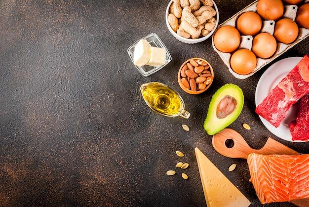 ケトジェニック低炭水化物ダイエットのコンセプト。健康的な脂肪を多く含む健康的なバランスの取れた食品。