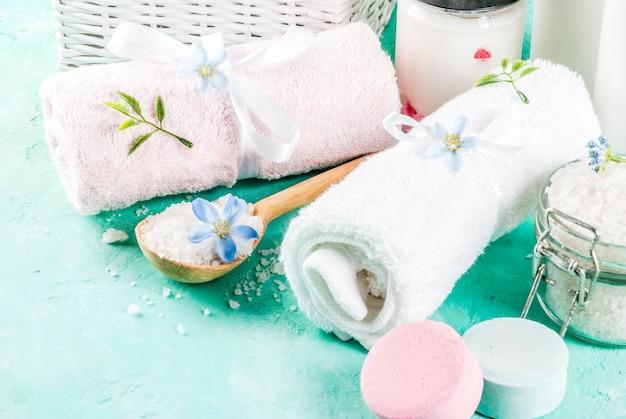 スパリラックスと入浴のコンセプト、海の塩、石鹸、化粧品と水色のコンクリートの表面にタオル