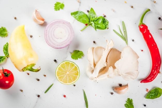 Поверхность для приготовления пищи, белый мраморный стол. свежие сырые органические овощи