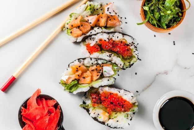 トレンドハイブリッド食品。日本アジア料理。ミニ寿司タコス、サーモンのサンドイッチ、ハヤシワカム
