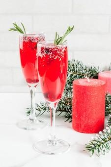 クリスマスの朝、ローズマリーと赤いクランベリーミモザ、クリスマスの装飾と白い大理石のシーン
