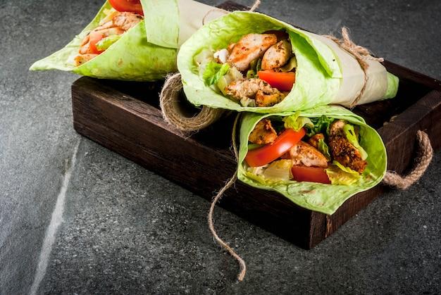 メキシコ料理。健康的な食事。ラップサンドイッチ:グリーンラヴァッシュトルティーヤ