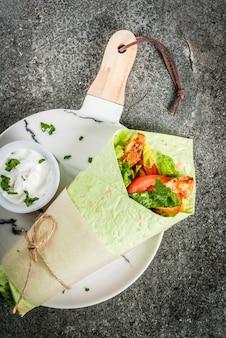 メキシコ料理。健康的な食事。ラップサンドイッチ