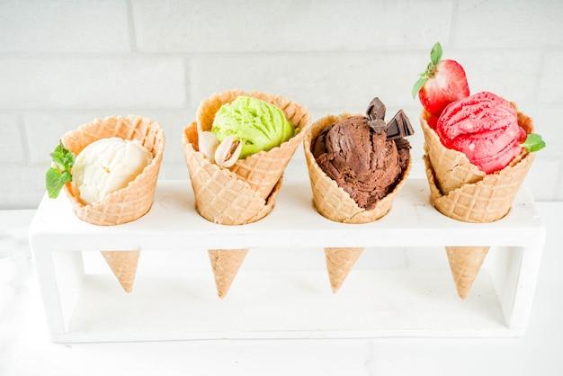 カラフルなフルーツとベリーのアイスクリーム