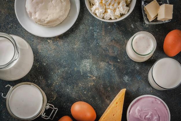 健康食品のコンセプト。乳製品暗い青色の背景フレームのセット