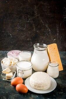健康食品のコンセプト。乳製品の暗い青色の背景のセット