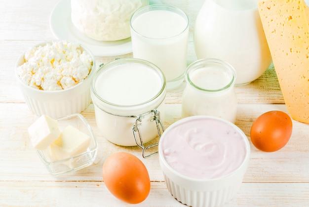 健康食品のコンセプト。乳製品の明るい青の背景のセット