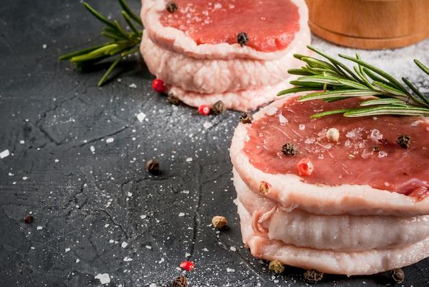 新鮮な生の牛肉のメダリオン