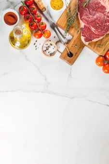 新鮮な生の肉、まな板の上の羊肉ビーフステーキ、調理用の食材。白、トップビュー