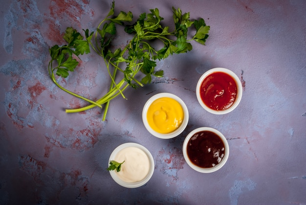 Классический набор соусов в белых тарелках