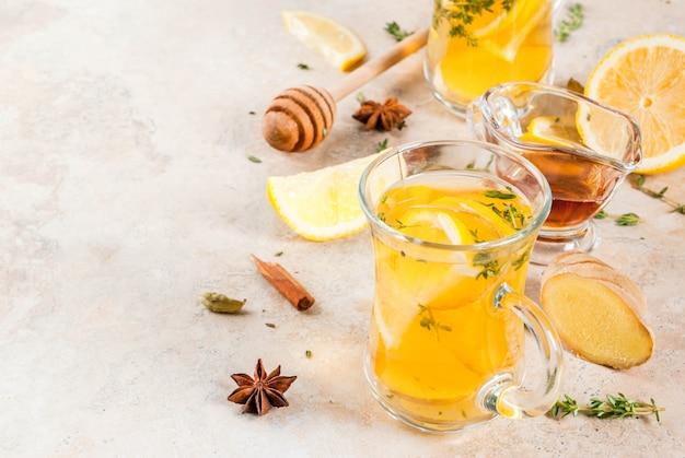 秋と冬の伝統的な飲み物。レモン、ジンジャー、スパイス(アニス、シナモン)、ハーブ(タイム)の温かいお茶