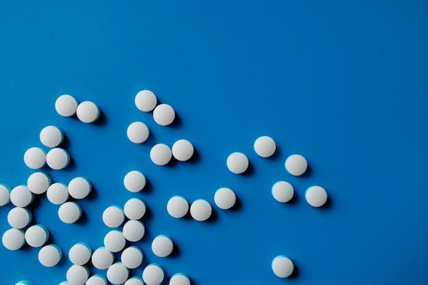 各種医薬品の丸薬、錠剤、カプセル。さまざまな薬の錠剤や錠剤の異なる色のヒープ