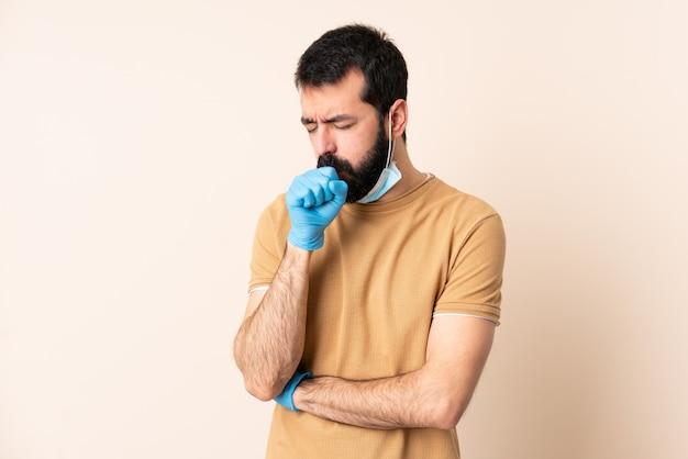 多くの咳の壁の上のマスクと手袋で保護するひげを持つ白人男