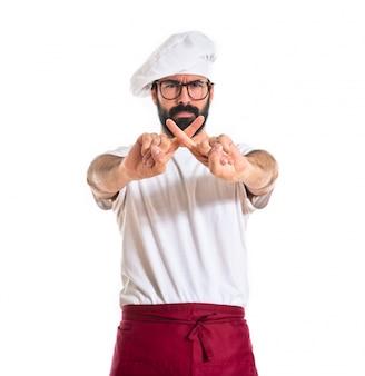 Шеф-повар делает нет жест на белом фоне