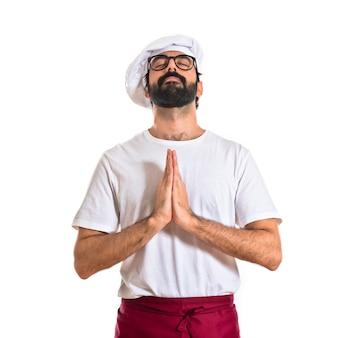 白い背景の上の禅のポジションのシェフ