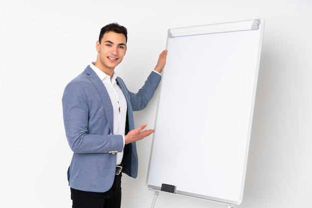 Молодой красавец, изолированные на фиолетовые стены, презентации на белой доске