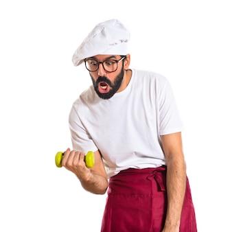 Шеф-повар делает тяжелую атлетику