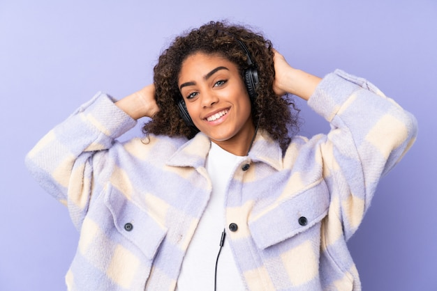 Молодая афроамериканская женщина на пурпурной стене