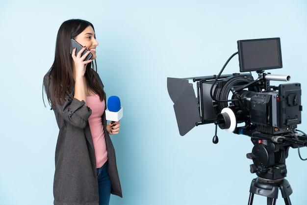 Репортер женщина с микрофоном и репортаж новостей