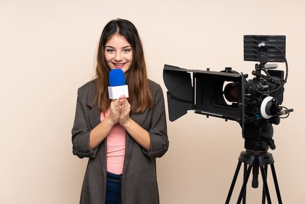 Репортер женщина, держащая микрофон и сообщения о новостях через стену умоляя