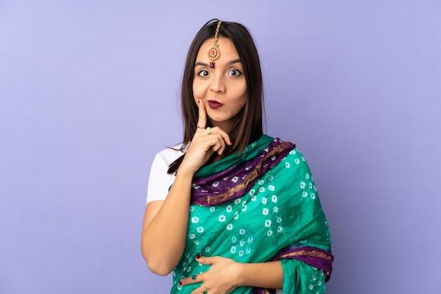 紫色の壁と考えて若いインド人女性