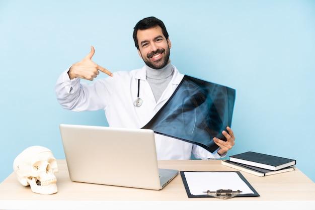 Профессиональный травматолог на рабочем месте гордый и самодовольный