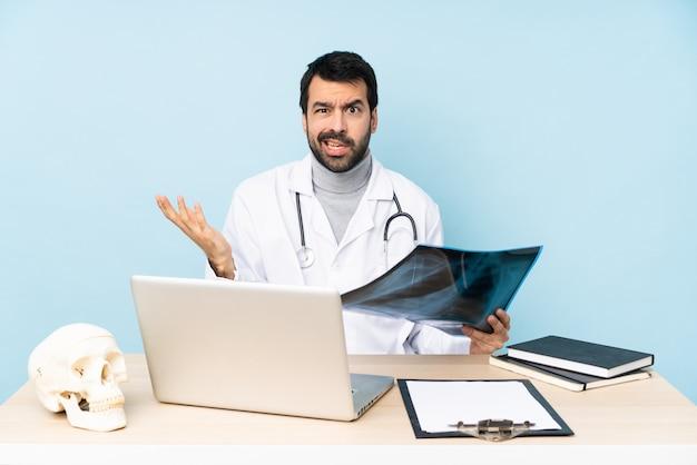 Профессиональный травматолог на рабочем месте, делая жест сомнения