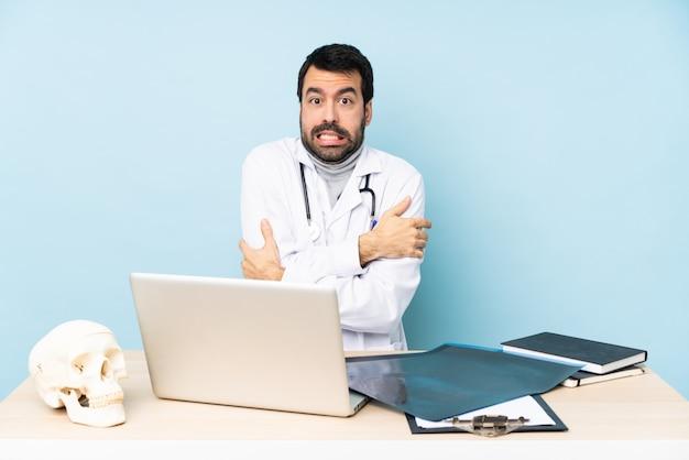 Профессиональный травматолог в заморозке на рабочем месте