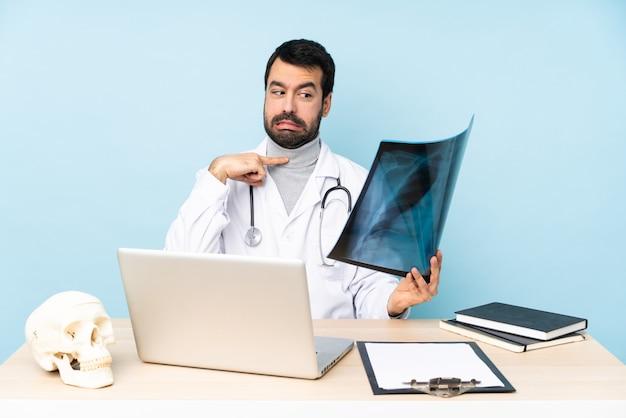 Профессиональный травматолог на рабочем месте