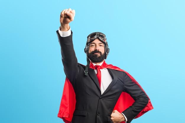 カラフルな背景のスーパーヒーローのビジネスマン