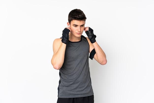 Подросток спортивный человек над белой стеной прослушивания музыки