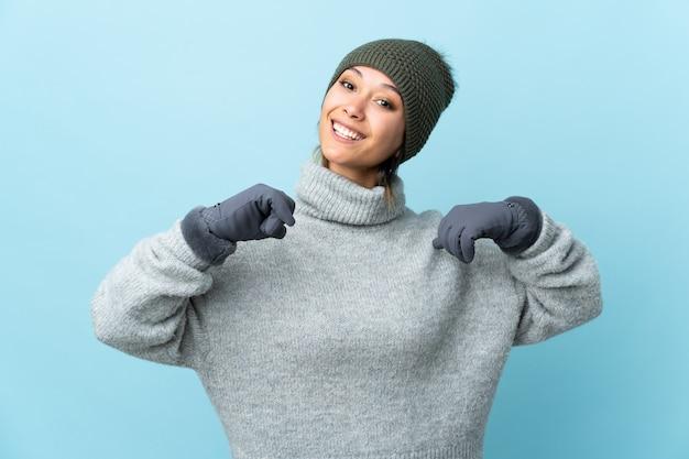 青の誇りと自己満足に分離された冬の帽子を持つウルグアイ少女