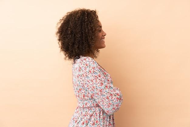 孤立した壁の上の若い女性