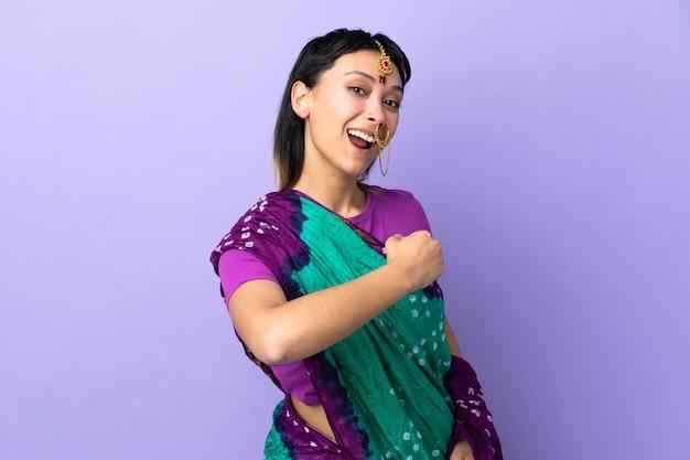 勝利を祝う紫に分離されたインドの女性