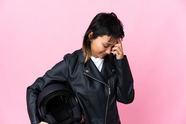 Женщина, держащая мотоциклетный шлем
