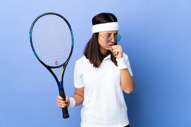 たくさん咳をする若い女性のテニス選手