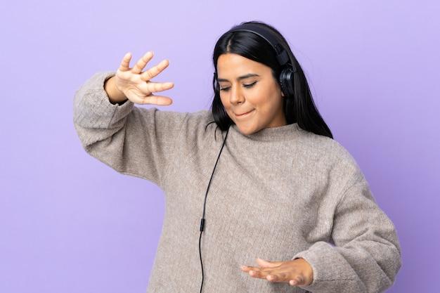 Молодая женщина латинской женщина, изолированных на фиолетовый