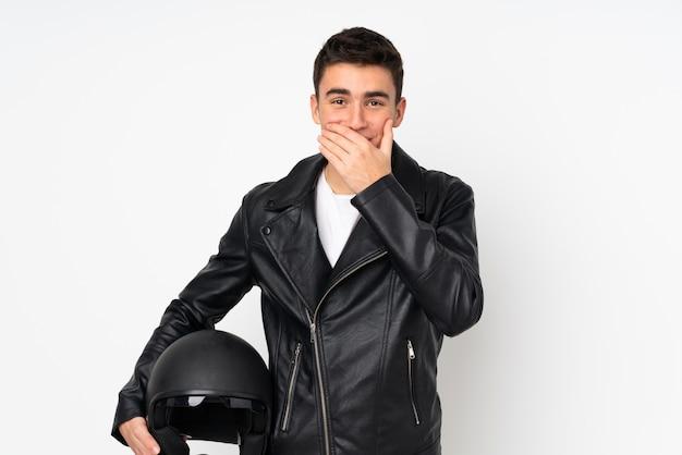 Мужчина держит мотоциклетный шлем на белом