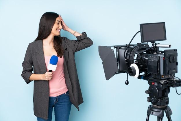 笑う記者の女性
