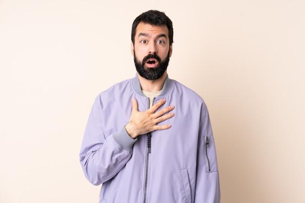 孤立したスペースの上にジャケットを着てひげを持つ白人男性