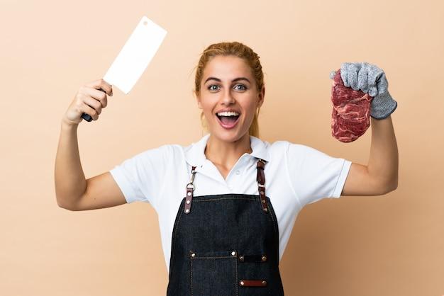 孤立したスペースでエプロンを着ている肉屋の女性