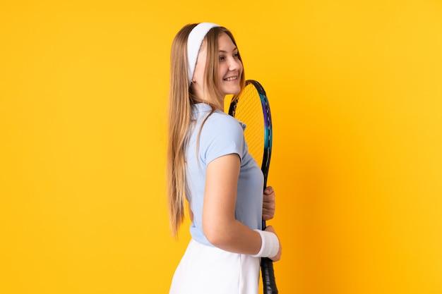 Подросток украинская девушка теннисистка, изолированных на желтом
